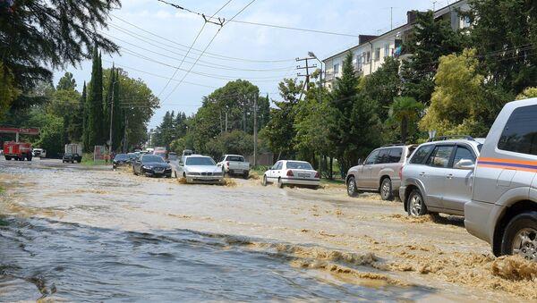 Вышедшие из берегов реки затопили улицы Сухума - Sputnik Абхазия