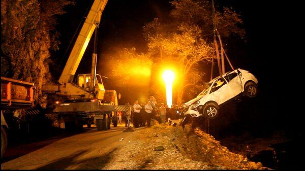 Машина с российскими туристами упала с обрыва в Бзыбском ущелье. - Sputnik Абхазия