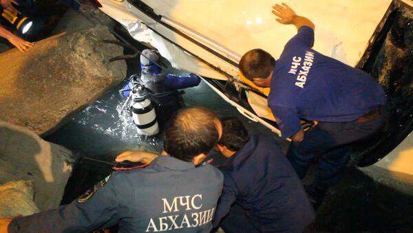 Автомобиль с туристами упал в обрыв Бзыбского ущелья - Sputnik Абхазия