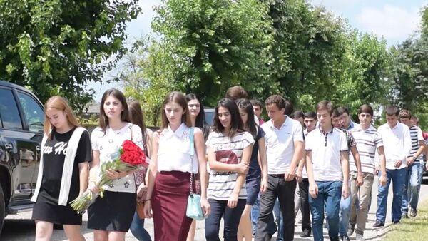 Общественность возложила цветы к памятнику автора флага Валерия Гамгия - Sputnik Абхазия