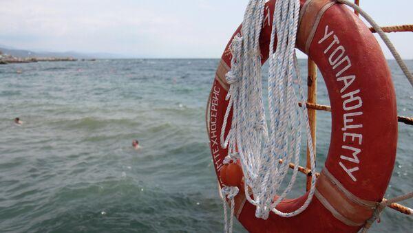 Спасательный круг висящий на ограждении буны на пляже. Архивное фото. - Sputnik Абхазия