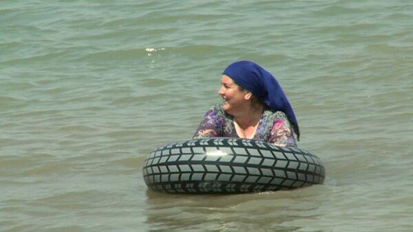 Чеченки в хиджабах купались на первом пляже для женщин в Грозном - Sputnik Абхазия