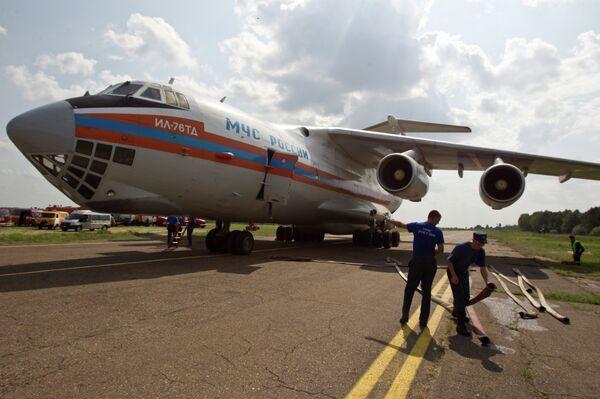 Заправка водой ИЛ-76 МЧС РФ для тушения лесных пожаров - Sputnik Абхазия