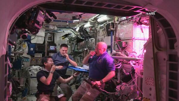 Космическая еда: как астронавты пробовали впервые выращенный на МКС салат - Sputnik Абхазия