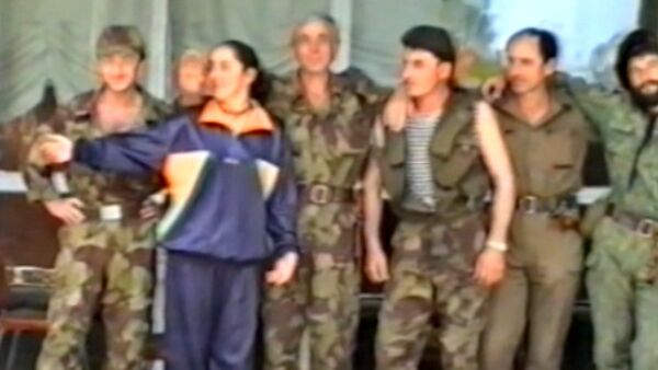 Ардзинба в 1993 году приветствует югоосетинских добровольцев - Sputnik Абхазия