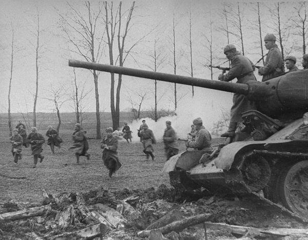 Советские танки и пехота атакуют позиции немцев - Sputnik Абхазия