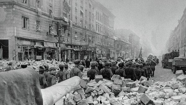 Советские бойцы идут по улице в освобождённом квартале Будапешта. - Sputnik Абхазия