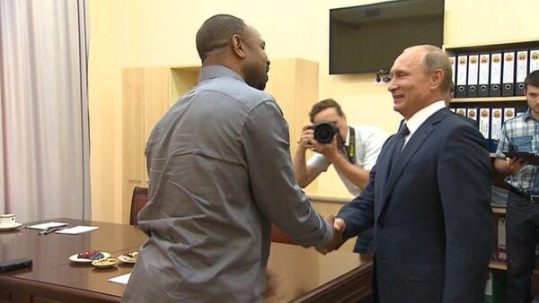 Американский боксер Джонс объяснил Путину, зачем ему российский паспорт - Sputnik Абхазия