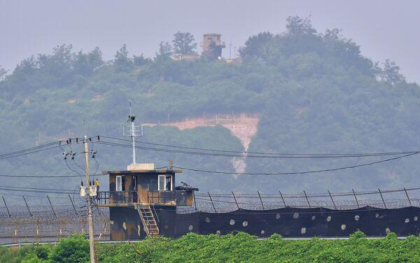 Военные посты охраны Южной Кореи (нижней) и Северной Кореи (вверху). Архивное фото. - Sputnik Абхазия