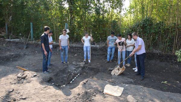 Древнее захоронение и вероятно фрагмент могилы Келешбея нашли в Сухуме - Sputnik Абхазия
