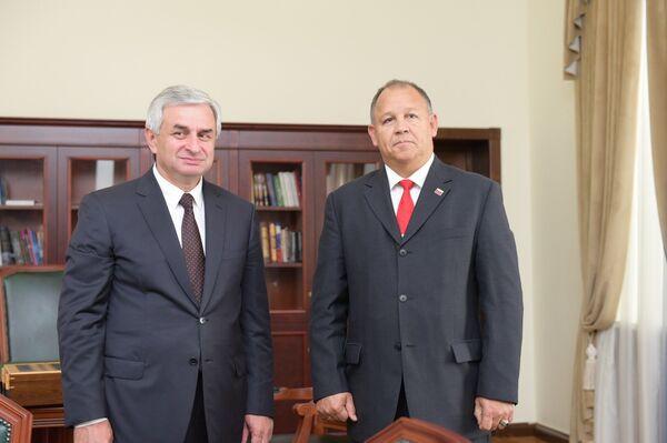 Хаджимба встретился с послом Венесуэлы в Абхазии Хуаном Торреальба - Sputnik Абхазия