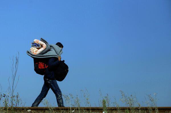 Мигрант пересекает линию границы между Сербией и Венгрией. 13 сентября 2015. - Sputnik Абхазия