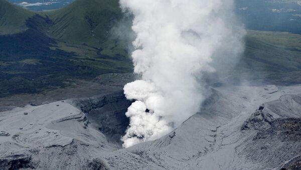 Над вулканом Асо в префектуре Кумамото на юге Японии. - Sputnik Абхазия