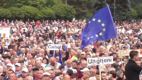 Участники антиправительственного митинга в Кишиневе размахивали флагами ЕС - Sputnik Абхазия