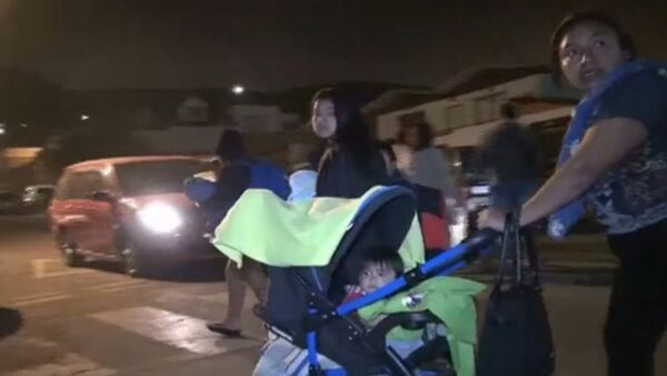 Люди с детьми и животными вышли из домов на улицы после землетрясения в Чили - Sputnik Абхазия