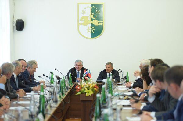 Хаджимба и Минниханов на встрече с правительством - Sputnik Аҧсны