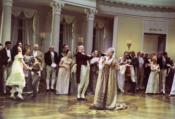 Сцена танцев в доме Ростовых в честь дня рождения Наташи из кинофильма Война и мир.Архивное фото - Sputnik Абхазия
