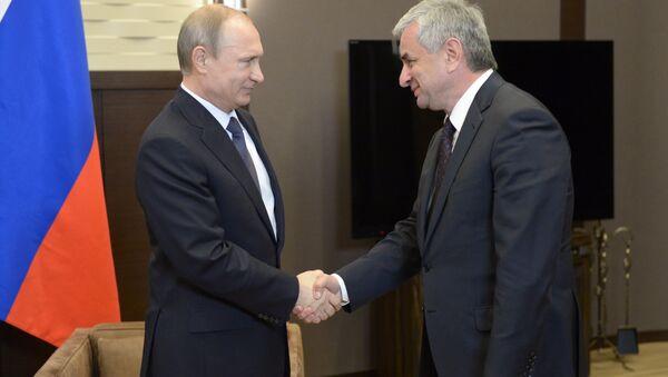 Президент России Владимир Путин (слева) и президент Абхазии Рауль Хаджимба. Архивное фото. - Sputnik Абхазия