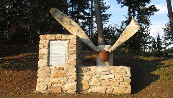 Памятник советским военнослужащим и французскому военнопленному, погибшим при крушении самолета в марте 1945 года. - Sputnik Абхазия
