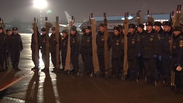 СПУТНИК_Спасатели с носилками встречали борт с телами жертв крушения А321 в Пулково - Sputnik Абхазия
