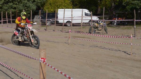 Мотогонщики из России и Абхазии форсировали реки и прыгали с обрывов - Sputnik Абхазия