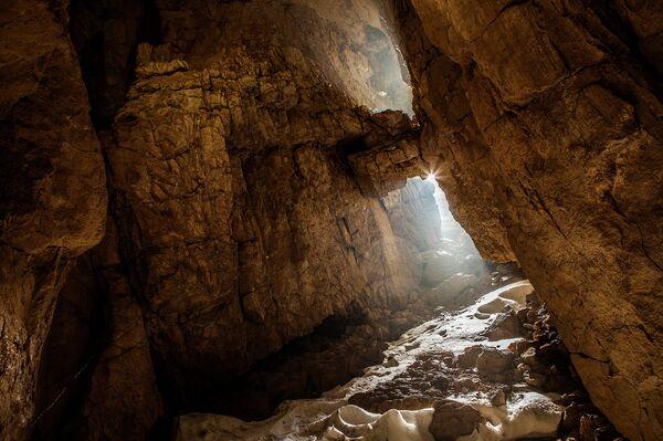 Вход в пещерную систему Илюхина на высоте 2400м. - Sputnik Абхазия