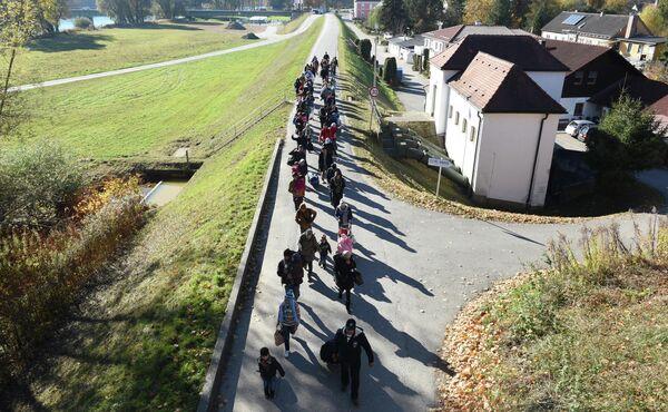 Мигранты идут к точке регистрации Федеральной полиции Германии после пересечения австрийского -немецкой границы. 2 ноября 2015. - Sputnik Абхазия