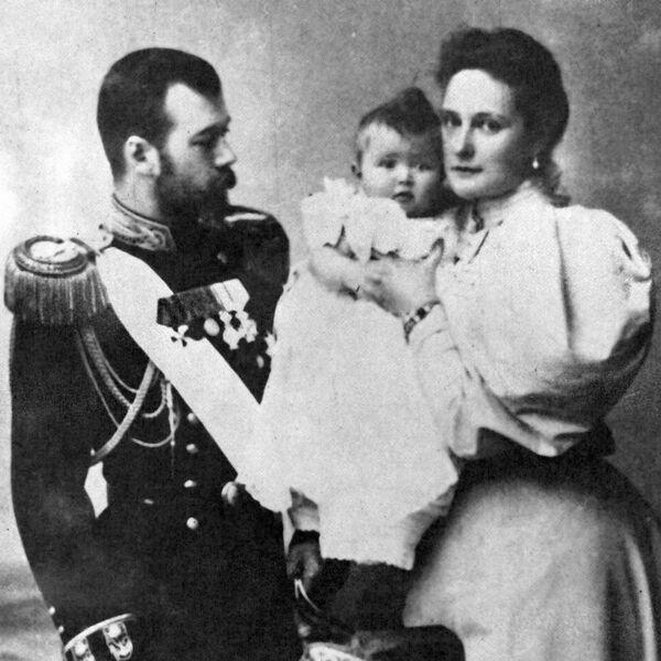 Император Николай II (слева) с женой Александрой Федоровной (справа) и дочерью Ольгой (в центре) (рекадрированный). - Sputnik Абхазия
