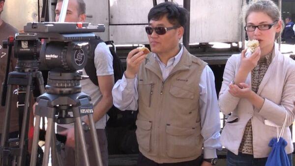 Военные на базе РФ в Сирии угостили иностранных журналистов свежим хлебом - Sputnik Абхазия