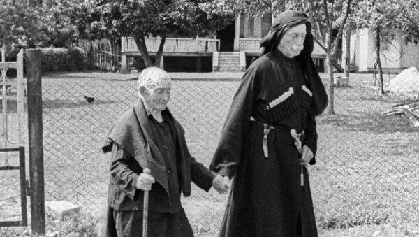 Женщина-долгожитель Хьфаф Ласурия, прожившая 137 лет, гуляет со своим сыном - Sputnik Абхазия