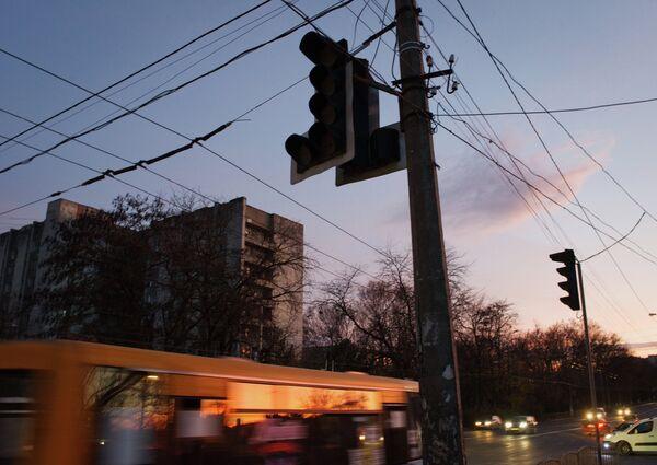 Отключенные светофоры на перекрестке улиц Севастопольская и Ульянова в Симферополе. Крым в ночь на 22-е ноября был полностью обесточен из-за подрыва на юге Украины опор двух линий электропередачи, поставляющих электроэнергию на полуостров. - Sputnik Абхазия