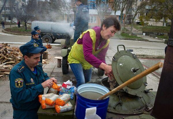Полевые кухни и палатки МЧС развернуты в городе Щелкино на северо-востоке Крыма. Архивное фото - Sputnik Абхазия