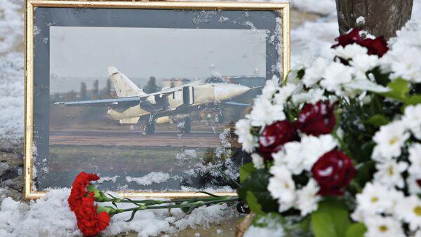 Жители несут цветы к памятнику авиаторам в Липецке - Sputnik Абхазия