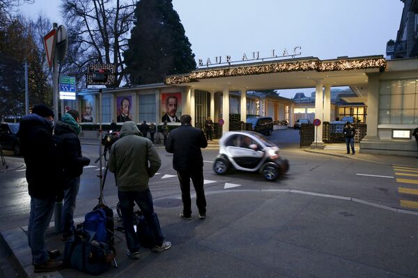 Представители СМИ стоят за пределами отеля Baur Au Lac, где швейцарская полиция арестовала должностных лиц ФИФА в Цюрихе, Швейцария, 3 декабря 2015 г. - Sputnik Абхазия