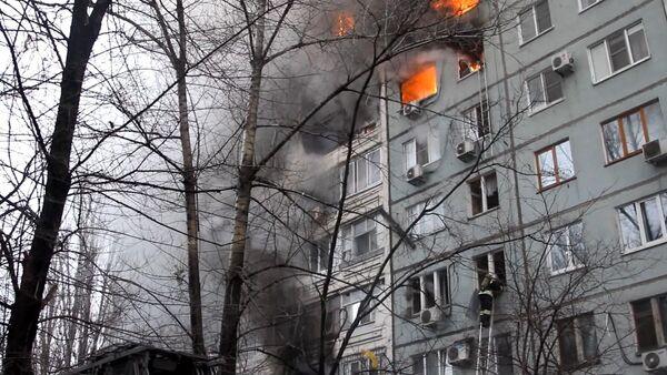 Работа пожарных и спасателей на месте взрыва газа в жилом доме в Волгограде - Sputnik Абхазия