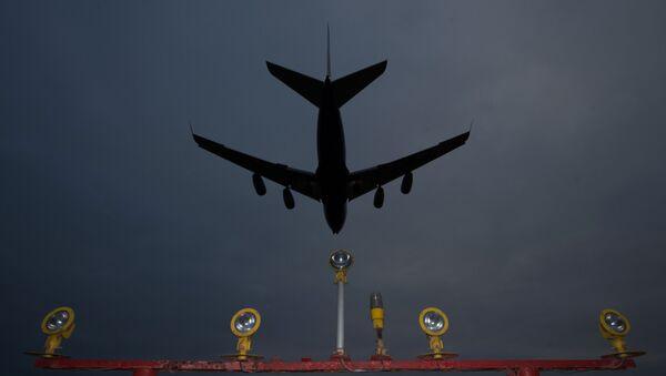 Самолет заходит на посадку в аэропорту. Архивное фото - Sputnik Абхазия