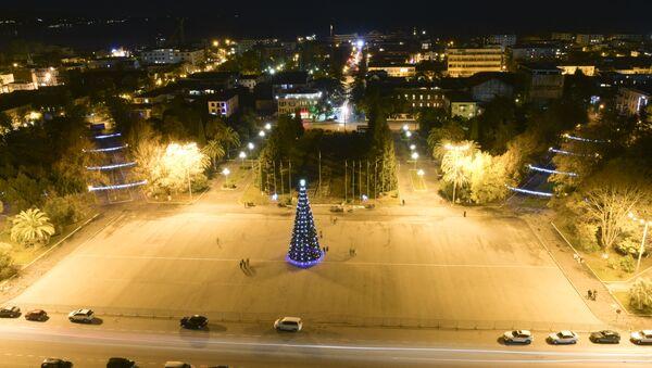 Главная ёлка страны на площади Свободы. - Sputnik Абхазия