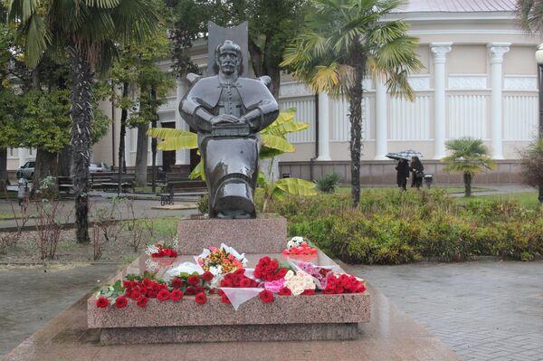 Возложение к памятнику Д.Гулия. - Sputnik Абхазия