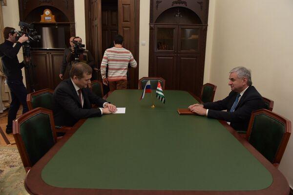 Хаджимба и Сурков встретились за закрытыми дверями. Фото с места события - Sputnik Абхазия