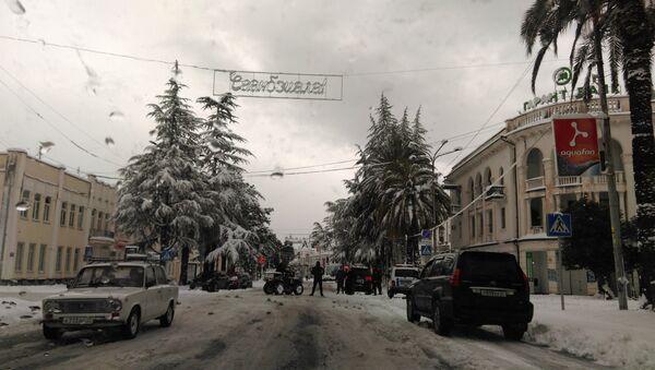 Снег в Сухуме. Проспект Леона - Sputnik Абхазия