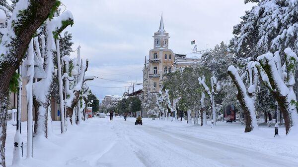 Сухум во время снегопада. Проспект Аиааира - Sputnik Абхазия