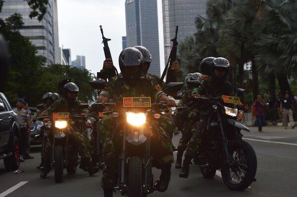 Индонезийская полиция на месте взрыва в Джакарте. - Sputnik Абхазия