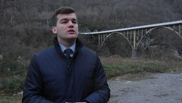 Замминистра иностранных дел Абхазии читает поэзию Гогуа для Sputnik.Чтения - Sputnik Абхазия