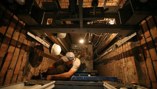 Замена лифтового оборудования в жилом доме. Архивное фото. - Sputnik Абхазия
