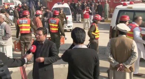 Спасатели на месте нападения боевиков на университет в городе Чарсадда в провинции Хайбер-Пахтунхва на северо-западе Пакистана. - Sputnik Абхазия
