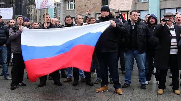 Кельнцы с флагами РФ вышли на митинг из-за инцидента с девочкой в Берлине - Sputnik Абхазия