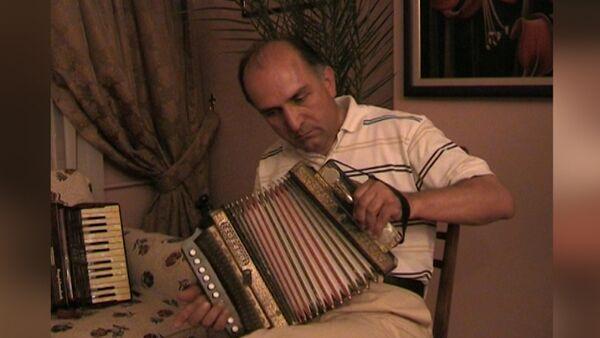 Есхат Ахба сыграл народную мелодию на аккордеоне - Sputnik Абхазия