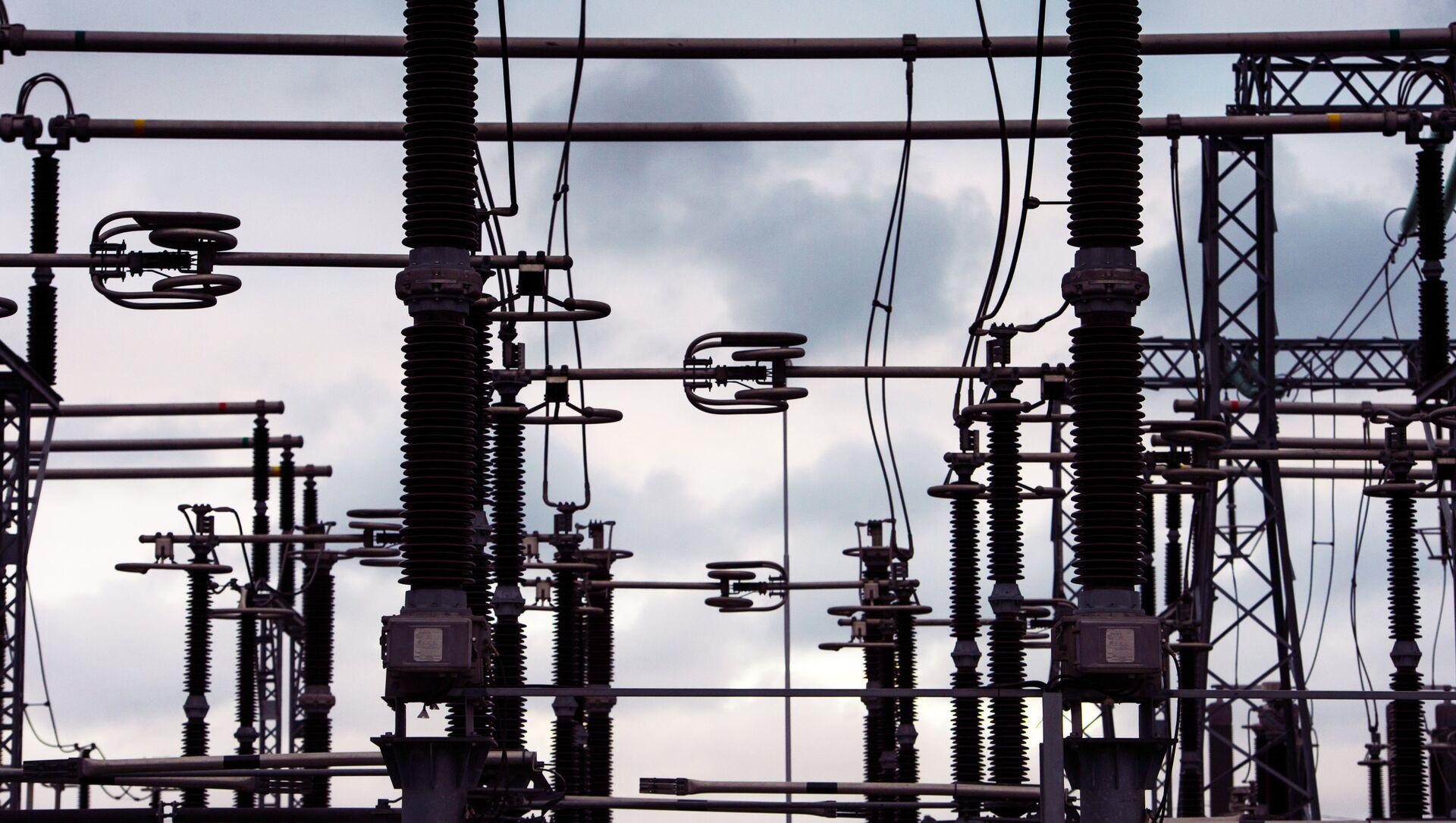 Провода, изоляторы, трансформаторы электроподстанции. Архивное фото. - Sputnik Аҧсны, 1920, 06.10.2021
