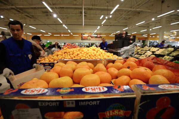 Продавец у прилавка с мандаринами из Турции - Sputnik Абхазия