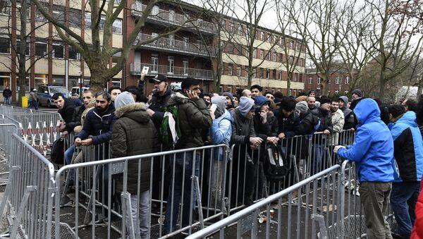 Мигранты в очереди рядом в Берлине 27 января 2016 года. - Sputnik Абхазия